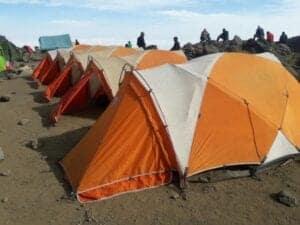 Efter morgenmaden bevæger vi os ud af regnskoven og fortsætter i hedelandskab.   Her krydser vi mange strømme og går på stenet terræn helt frem til Shira-plateauet.  Ligesom i går, bliver dine telte sat op for dig, og portørerne vil forberede drikkevand til dig. Inden middagen bliver serveret, nyder vi lidt snacks.   Vær forberedt på, at natten bliver kold, da temperaturen kommer under frysepunktet.