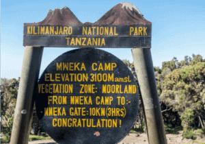 Efter en velfortjent morgenmad, fejrer de lokale bestigningen med en masse sang og dans.  Det er her lommepenge uddeles til lokalguide, portører og kok.   Efter fejringen bevæger vi os yderligere 6 timer nedad, til vi kommer til Mweka-gaten. Her modtager du af et certifikat på din bestigning.   Dem, der nåede Stella Point, modtager et grønt certifikat.   Dem, der nåede Uhuru Peak, modtager et guldcertifikat.   Efter du har modtaget dit certifikat, går vi det sidste stykke (3 km) ned til Mweka Village.   Her får du serveret en varm frokost, hvorefter du bliver kørt til Moshi,  hvor et langt, varmt bad venter dig.