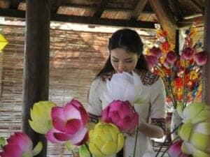 """I dag bevæger vi os ud på en spændende oplevelse blandt berømte kongegrave og smukke havehuse.  Vi starter med en god morgenmad, inden vi går ombord på en båd, der tager os ned ad den fredelige """"Perfume River"""". Her kan du endnu engang opleve Vietnams smukke, grønne natur. Efter en times tid lægger vi til ved flodbredden og forsætter mod Khao Dinhs kongegrav. Her vil du opleve en usædvanlig kombination af fortid og fremtid, da stedet kombinerer traditionel kinesisk arkitektur og moderne vestlig arkitektur. Herefter fortsætter vi til Minh Mang-graven for at udforske det overdådige og eksotiske hvilested, der er anlagt i formel kinesisk stil.  Til frokost serveres et vegetarisk måltid, som er tilberedt af nonner fra Dong Thuyen Pagoden, som er et smukt tempel på toppen af en bakke med en fantastisk udsigt. Vi starter med et besøg i køkkenet, hvor vi ser, hvordan måltidet tilberedes i en brændeovn. Herefter spiser vi måltidet i selskab med nonnerne, der har tilberedt maden. Benyt lejligheden til at lære nonnerne at kende. De har en masse spændende at fortælle om buddhisme.  Vi fortsætter mod Thanh Tien Village, der er kendt for at fremstille papirblomster – hvilket de har gjort i over 300 år. Mød én af de lokale landsbyboere, og lær, hvordan du laver din egen papirblomst.   Med dit besøg støtter du en god sag, da vi har booket oplevelsen gennem Backstreet Academy, som er en social virksomhed, der giver hårdtarbejdende kunstnere, håndværkere og hjemmebaserede arbejdere ekstra indkomst og anerkendelse.  Dagens sidste aktivitet er et besøg hos Tha Om Garden House og dets ejer, hr. Vinh. Udforsk den traditionelle Hue-bolig fra 1800-tallet, og lyt til Hr. Vinhs historier om hans kongelige arv, inden vi vender tilbage til hotellet."""
