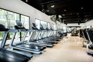 Fitnesscenteret består af et 450 kvadratmeters areal med løsvægte og maskiner til dig, der styrketræner og ønsker at opbygge muskelmasse. Fitnesscenteret er udstyret med aircondition.
