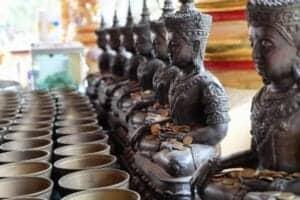 Efter morgenmaden bliver du kørt til Bangkok Lufthavn, hvor dit fly tager dig til Thailands største by, Chiang Mai, i den nordlige del af landet. Vi foretager check-in ind på hotel The Empress Chiang Mai og får et Superior-værelse til rådighed. Resten af dagen står på ren afslapning, så vi kan blive klar til morgendagen, hvor vi skal ud på en traditionel, religiøs og lidt spøjs oplevelse.