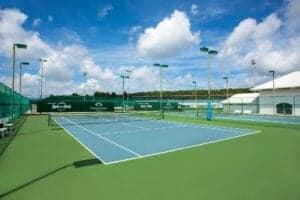 Thanyapura Tennis Akedemi kører professionelle træningsprogrammer i konkurrenceklasse på 6 tennisbaner. 2 af dem er placeret udendørs.