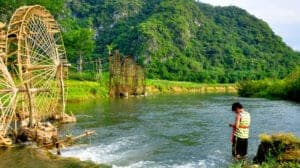 Efter morgenmaden tager vi til landsbyen Dong Dieng. Ruten dertil tager os ned i den smukkeste dal i Pu Luong, der byder på både risterasser og kæmpe bjerglandskaber. Vi går ad naturskønne stier, der giver dig de mest uforglemmelige udsigter udover risterasserne og landsbyen. Vi passerer nogle lokale hjem undervejs, og du er mere end velkommen til at besøge dem og lære mere om deres kultur og livsstil. Vi tager tilbage til retreatet og spiser frokost. Senere på dagen kører vi til Hanoi, hvor vi overnatter.