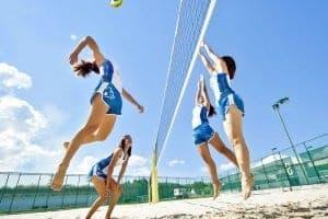 Beach Volleyball baner, der kan have op til 12 spillere på hver (6 på hvert team). Banerne måler 38 m x 38 m.