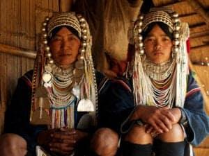 Gør dig klar til en dag med trekking – du skal nemlig ud og opleve de omkringliggende landområder på turen til Pin Tauk. På ruten passerer du landsbyer, der ligger højt oppe i bjergene. Først kommer du til landsbyer, der er beboet af Anh-stammen, og derefter til landsbyer beboet af Akha-stammen, hvor kvinderne bærer hovedbeklædninger, der er pyntet med sølv, mønter og broderier. Livet i disse landsbyer er simpelt, og familierne er selvforsøgende gennem landbrug og andet arbejde. Frokosten består af en picnic, vi spiser ved et smukt vandfald, hvor du kan dyppe tæerne. Efter frokosten skal vi smage på hjemmelavet risvin.