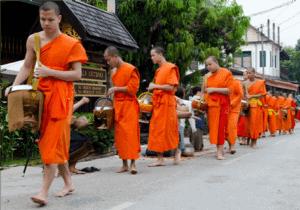 I dag står vi op til tempelgongernes lyd og bevæger os ned til de stille gader for at opleve munkene der kommer for at indsamle almisser fra lokale religiøse beboere.   Dette ritual er en buddhistisk tradition hvor munkene beder om mad fra de lokale beboere, for at demonstrere ydmyghed.   Her får du mulighed for at give munkene mad, og her vil vores guide demonstrere hvordan du interagerer med dem.   Efter almissen går vi tilbage til hotellet, og spiser morgenmad.  Herefter pakker vi vores ting og kører mod vores homestay, der er en del af et bæredygtigt turisme projekt ved Seuang floden.  Her mødes vi med vores værter, der vil vise dig frem til dit hus.   Huset er ganske simpelt, men har elektronik og almindelige badeværelses faciliteter.    Under dit besøg, vil du besøge nogle af de nærliggende landsbyer ved Seuang floden og afprøve forskellige aktiviteter.   Til fordel for de lokale  Ferie med Formål har udvalgt denne landsby med det formål, at hjælpe til med at udvikle byen, i form af bæredygtig turisme. En del af rejsens pris, går til landsbyen og du er derfor med til at gøre en stor forskel for landsbyen beboere, ved at besøge dem.