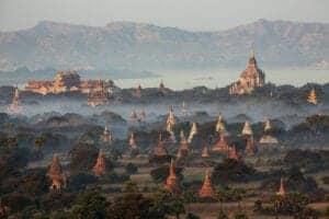 I dag kommer din guide og kører dig til lufthavnen, hvorfra du skal flyve til Bagan. På flyveturen har du et smukt udsyn ud over landskabet, hvor gyldne stupaer og templer titter frem hist og her.  Efter ankomst har du dagen til at nyde den smukke, gamle by, som engang havde mere end 10.000 buddhistiske templer, pagodaer og klostre – hvoraf ca. 2.200 er tilbage den dag i dag. Brug eftermiddagen på at gå på opdagelse i templerne, og se solen gå ned over byen fra toppen af den majestætiske Shwesandaw Pagoda.