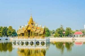 I dag forlader vi Bangkoks livlige gader for at se Ayutthaya, som tidligere var Thailands hovedstad. På vejen dertil stopper vi for at se det majestætiske palads Bang-Pa-In, som Kong Rama IV flittigt besøgte i de varmeste måneder af året, da det ligger ned til den svalende flod. Paladset er inspireret af både thailandsk, kinesisk og gotisk arkitektur og er et godt sted at tage flotte feriebilleder – især det røde klokketårn er et yndet motiv.  Efter besøget ved Bang-Pa-In tager vi videre til Ayutthaya, hvor vi skal udforske gamle tempelruiner og pagodaer, som trods forfald stadig vidner om byens tidligere storhed. Herefter sejler vi tilbage til Bangkok via floden. I løbet af sejlturen får du serveret lækker aftensmad, som du spiser, mens du nyder udsigten til det omkringliggende landskab, som skifter fra smaragdgrønne rismarker til traditionel thailandsk arkitektur og endelig til storby.
