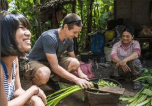Vi starter tidligt om morgenen og cykler mod Chansor Village – en by ca. 40 kilometer uden for Siem Reap. Ved ankomst møder  vi vores lokalguide, som er fra Chansor-landsbyen. Guiden vil tage imod dig og introducere dig for landsbyen samt dine værter. I dag vil du nemlig være en del af Khmer-folket.  I løbet af dagen vil du besøge nogle af landsbyens familier, som blandt andet vil vise dig hvordan de tjener deres penge ved at væve og lave sivkoste. Efterfølgende får du lov til selv at prøve.   Ikke nok med det – du får også mange andre lokale oplevelser i løbet af dagen, når du bliver guidet gennem landsbyen, hvor  du  vil møde lokale landmænd og fiskere.   Efter den guidede tur tager vi tilbage til midtpunktet af landsbyen, hvor der vil blive serveret en lække lokal frokost, der er lavet af friske råvarer fra områderne rundt om landsbyen. Det bliver et måltid, du aldrig vil glemme!  Denne aften overnatter du i et traditionelt Khmer-hjem. Her får du en madras, et myggenet, lagner, hovedpude og håndklæder. Der er simple toiletfaciliteter, herunder en spand med frisk vand fra brønden, som du kan bruge, når du skal vaske dig.  Senere bliver det tid til aftensmad, snak og et spil kort sammen med din værtsfamilie.