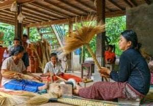 """Om morgenen nyder vi en lækker morgenmad og tager afsked med værtsfamilien, inden vi får en traditionel velsignelse af en munk og begiver os afsted til Koh Ker Temple. Dette gamle tempel ligger dybt ude i skovens ro, og blev opført helt tilbage omkring år 1000. Efter vi har været på opdagelse ved Koh Ker, spiser vi en lækker picnic, inden vi tager videre til det smukke, hinduistiske """"Lotus Pond""""-tempel, Beng Mealea, som blev bygget af kong Suryavarman II i det 11. århundrede. Herefter kører vi tilbage til Siem Reap og vores næste eventyr."""