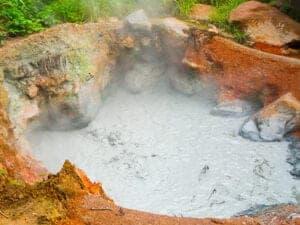 """Når man befinder sig i denne region, er et besøg i National Park Rincón de la Vieja næsten obligatorisk – og derfor er det præcis her, vi skal hen i dag. Den mest besøgte og spektakulære del af parken er """"Pailas""""-sektionen. Her finder du en velvedligeholdt sti på omkring 3 km, som fører dig gennem både skov og åben savanne. På turen kan du se forskellige former for vulkansk aktivitet, heriblandt minivulkaner og kogende mudderpøle og vandhuller. Med lidt held vil du også spotte kapucineraber og brøleaber. OBS: Parken er lukket på mandage. Det anbefales at besøge parken så tidlige på dagen som muligt, da det bliver meget varmt midt på dagen."""