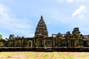 I dag skal du lære mere om Thailands fascinerende historie. Når du har spist morgenmad, tager vi afsted til Ban Prasart, som er en arkæologisk udgravning og et udendørs museum, hvor du kan se udgravningerne og de fund, de har gjort – herunder lertøj og knogler, der er over 3.000 år gamle. Lær om områdets historie før vi tager videre og besøger Phimai Historical Park, som huser Thailands mest betydningsfulde Khmer-templer, hvoraf nogle er opført helt tilbage i det 11. århundrede. Området markerer enden på en ældgammel vej, som forbandt Khmer-imperiet med Ayutthaya-kongeriget. Gå på opdagelse blandt de fascinerende ruiner, inden vi tager videre til Bangkok, hvor vi ankommer sen eftermiddag.  Brug aftenen på at slappe af på hotellet eller på at opleve mere af byen på egen hånd.