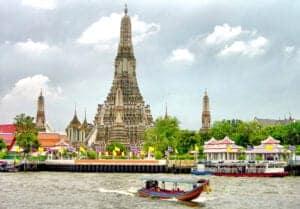 """Når du har spist morgenmad, skal vi ud og opleve Bangkok og se nogle af byens største seværdigheder.  Vi starter med at se det smukt dekorerede Grand Palace, som er ét af Thailands helligste steder. Herefter tager vi videre ud og ser de imponerende guld- og smaragdbuddhaer, hvorefter vi tager en sejltur på Chao Praya River i en traditionel langbåd gennem et område, som bliver kaldt """"Østens Venedig"""".  Det sidste punkt på dagens program er et besøg ved byens ældste tempel: Wat Arun. Her tager vi turen op ad stupaens stejle trappe for at få den fantastiske udsigt, man har herfra, med.  Efter en lang dag med sightseeing har du resten af aftenen til velfortjent afslapning."""
