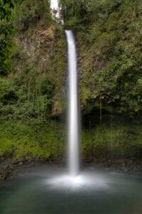 Idag kommer du ud på en stejl vandring op ad bakke. På toppen bliver du belønnet med en forfriskende svømmetur tæt ved det majestætiske La Fortuna Waterfall.