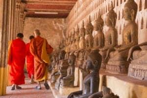 """I dag skal vi ud på en 3-timers køretur til Vientiane, som er én af Laos' roligste storbyer. Her besøger vi Wat Sisaket, som er hjem for mere end 6.000 siddende Buddhastatuer – af hvilke nogle er helt tilbage fra det 16. århundrede. Vi skal også besøge Hor Pha Keo, som oprindeligt var et tempel, der blev bygget til """"the Emerald Buddha"""", som er en meget hellig Buddhastatue. I dag er templet blevet lavet om til museum for noget af det vigtigste religiøse kunst i Laos.  Herfra fortsætter vi til Patuxai, """"Victory Monument"""", som blev bygget til minde om Laos' befrielse fra den franske kolonimagt. Monumentet minder ved første øjekast om triumfbuen i Paris, men kigger man nærmere, vil man opdage, at den er ornamenteret med en lang række af Laos' religiøse symboler. Tag til toppen af monumentet, hvorfra du har en fantastisk udsigt, og slut dagen med et besøg ved That Luang, som er det helligste sted i hele Laos og Laos' nationalsymbol."""