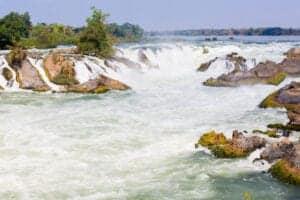 """I dag tager vi ud og ser Khone Phapheng, som er det største vandfald i hele Sydasien. Vandfaldet ligger på den sydligste spids af Laos, hvorfra det hvirvler tusindvis af liter vand over grænsen ind i Cambodia. Nyd synet af vandmasserne – men gør det på en sikker afstand.  Fra Khone Phapheng tager vi videre til et vandfald, som ligger tæt ved: Li Phi Waterfalls. Dette vandfald er mindre i størrelse – men bestemt ikke i pragt. """"Li Phi"""" betyder – løst oversat – """"åndefælde"""". Og det er ikke svært at se, hvorfor: De kæmpe kampesten, klipperne og de hidsige vandmasser giver nemt et indtryk af, at der i vandet gemmer sig tilfangetagne ånder. Nyd synet – og vær på vagt: Er du heldig, kan du her spotte de sjældne og sky Irrawaddy-delfiner, som er vigtige både for økosystemet i Mekongfloden og for befolkningen, da de anses for at være et helligt dyr. Efter besøgene ved vandfaldene tager vi tilbage til hotellet. Spis en lokal frokost og nyd resten af dagen på egen hånd. Se solen gå ned over floden fra en hængekøje eller gå en tur i byen, hvor du også kan købe de sidste souvenirs. Absorber den fredfyldte atmosfære og nyd din sidste aften i Laos."""