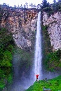 Efter morgenmaden tager vi afsted mod den største vulkansø i verden: Lake Toba. På vejen gør vi flere stop. Først besøger vi Batak Karo Village, hvor vi får et indblik i batakfolkets levevis. Vi fortsætter herfra til Karo Highlands for at se det fantastiske Sipisopiso Waterfall, som er det højeste vandfald i hele Indonesien. Vi besøger også ét af de få langhuse, som stadig står: Rumah Bolon. Vi kører også gennem byen Pematangsiantar og gennem teplantager i alle regnbuens farver, inden vi når til byen Parapat, som ligger ved søens bred. Herfra tager vi en færge ud til Samosir Island, som ligger i miden af Lake Toba, som nu er en meget fredfyldt sø – men som blev til, da en supervulkan gik i voldsomt udbrud for 70.000 år siden. Efter ankomst og check ind har du resten af aftenen til at slappe af og lade op til morgendagens eventyr.