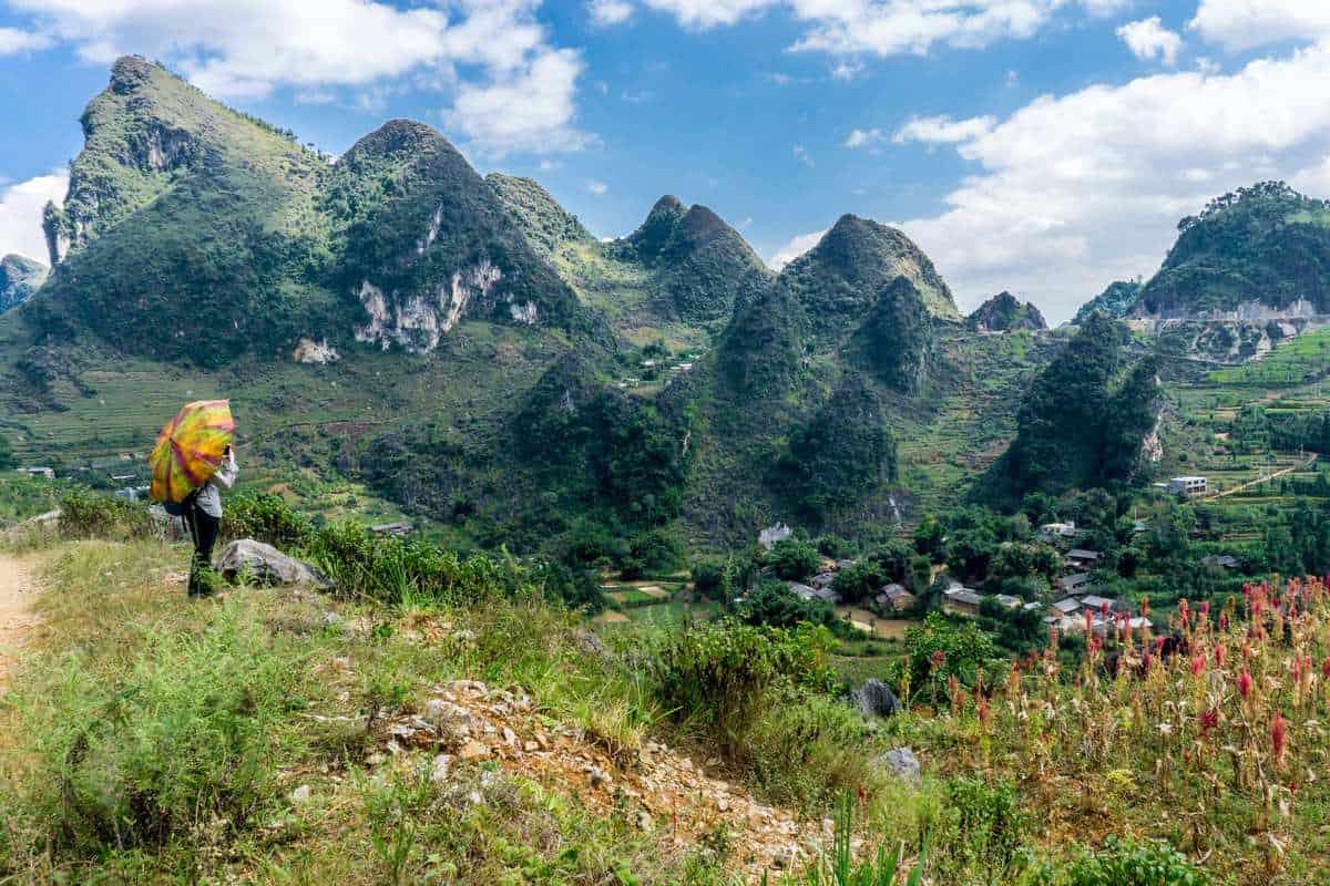 I dag kører du til Ha Hiang-provinsen, som ligger i den nordlige ende af Vietnam. Landskabet i dette område er helt spektakulært, og rummer både risterrasser, kalkstensbjerge og en billedskøn, bugtende flod – og så er det et område, som ikke mange turister kender til, hvorfor det også er stort set uberørt og utroligt fredeligt. Efter du har checket ind på dit hotel i Ha Giang City, har du resten af dagen til at slappe af – eller til at gå på opdagelse i byen på egen hånd.