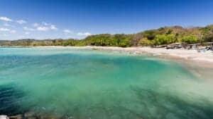 Ved Playa Samara ligger én af de smukkeste strande i Guanacaste, der med sine vidder og rolige vand inviterer til både slentreture og afslapning. Selve Playa Samara er en lille, autentisk fiskerlandsby med mange små barer og restauranter, som ligger lige ud til stranden. Dermed er du her garanteret en lækker og afslappende oplevelse! I dag skal du ud på en 3,5 times køretur gennem smukke landskaber til landsbyen Playa Samara, som ligger tæt ved en fantastisk badestrand. Hotellet, som du skal bo på, ligger i centrum af byen – og kun 200 meter fra stranden.