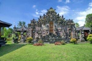 """Efter vi har spist morgenmad, sætter vi kursen mod Lovina. På turen stopper vi ved Pura Puncak Penulisan, som er Balis højest liggende tempel. Templet ligger på toppen af Penulisan Mountain, 1.745 meter over havets overflade. Når vi har besteget de 336 trin, der er op til templet, får vi fortalt lidt om templets fascinerende historie. Vi kører videre til ét af Balis ældste templer: Pura Beji """"Beji Temple"""", som blev bygget i 1500-tallet. Herefter kører vi resten af turen til Lovina."""