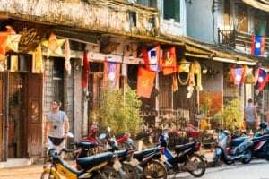 Efter morgenmaden bliver du hentet og kørt til Luang Prabang (du bliver hentet kl. 7:30). Køreturen kommer til at tage hele dagen med korte stop ved spændende landsbyer undervejs. Ved ankomst checker du ind på dit hotel og har resten af aftenen på egen hånd.