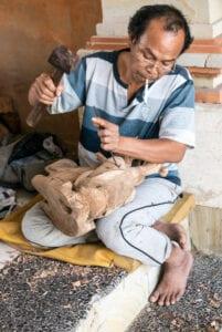 Efter morgenmaden tager vi afsted mod Balis kulturelle hjerte: Ubud. På vejen dertil stopper vi ved landsbyerne Mas, Celuk og Batu Bulan, hvor du kan se nogle af Balis dygtigste håndværkere arbejde. Bl.a. kan du se sølvsmede lave smykker i hånden. Da disse byer byder på mange lokale kunsthåndværkere, er de også de perfekte steder at shoppe souvenirs. Vi fortsætter til det bjergerige landsksb, hvor vi har fantastisk udsyn til Mount Batur, den stadigt aktive vulkan, som vi skal bestige i morgen.