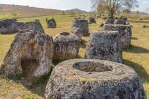 """I dag skal du ud og opdage det ukendte – vi skal nemlig ud til det berømte arkæologiske område """"Plain of Jars"""" (oversat: krukkesletten). Spredt over et større område blandt rismarker og skove ligger og står kæmpe store stenbeholdere – nogle er hele 3 meter høje og 1 meter i diameter. Den mest anerkendte teori om de mystiske kæmpekrukker er, at det er stenurner tilbage fra jernalderen – men ingen ved med sikkerhed, hvad formålet med deres udformning og placering har været. Lokale myter fortæller, at det er whiskeykrukker, som kæmperne, der levede i bjergene ved Phonsavan, drak af.  Efter morgenmaden går vi på en guidet tur gennem Plain of Jars, som varer fra solopgang til frokost. På turen skal du holde dig på stien, da det kan være farligt at forlade den. Dette område var nemlig det mest bombede i løbet af 2. Verdenskrig, og der ligger stadig miner skjult rundt omkring i bevoksningen.  Efter frokost tager vi til Muang Khoun, som var hovedsædet for kongen, dengang området udgjorde kongeriget Xieng Khousang. For 500 år siden var området kendt for sine mange smukke stupaer, men i løbet af historien har invasioner fra både vest og øst, plyndringer af området samt bombeangreb ødelagt meget af den smukke arkitektur og kultur i området. Nu er fordums skønhed kun lige knap til at spore i landskabet, hvilket gør det til et både tragisk og smukt sted at udforske."""