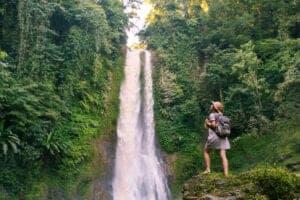 """Efter morgenmaden kører vi mod South Bali. På vejen gør vi holdt ved Git Git Waterfall. Her kan du få en afslappende dukkert i den dybe sø, inden vi fortsætter til templet Ulun Danu, som også er kendt som """"Goddess of the Lake"""". Templet ligget på kanten af vandet, og er ét af de mest fotograferede templer i hele Bali. Om eftermiddagen tager vi på lokal restaurant og spiser frokost i smukke omgivelser og med udsigt til bjergene og Bedugul-floden. Herefter gør vi et kort stop ved Candi Kuning, som er et lokalt frugt- og grøntmarked på vejen til South Bali."""