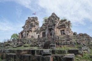 """Denne morgen tilbringer du ved Ek Phnom, som er en populær pilgrimsdestination, hvor mange kommer for at spise picnic. Templet blev bygget i det 11. århundrede og har nogle smukke basrelieffer – bl.a. er der på overlæggeren ved indgangen til templet hugget en scene fra Samudra Manthan fra den hinduistiske filosofi (""""the Churning of the Ocean of Milk""""). Efter besøget her tager vi tilbage til Siem Reap."""