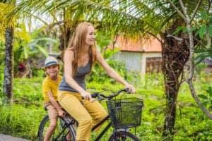 Vi starter dagen med en gang morgenmad. Herefter springer vi op på cyklerne, og bevæger os ud blandt rismarker og lokale landsbyer. Her lærer vi om den balinesiske kultur, og ser, hvordan man laver de traditionelle bambuskurve.