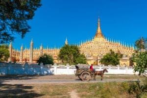 """Når du har spist morgenmad, kører vi mod Monywa, som er en smuk by, der ligger ved bredden af Chindwin River i Sagaing-regionen. Når vi kommer frem, går vi straks i gang med at udforske byens seværdigheder – og vi starter med Thanboddhay Pagoda, som er et rigt udsmykket tempel, som huser mere end 580.000 Buddhastatuer. Herefter tager vi hen til Bodhi Tahtaung Monestary og ser """"the Giant Standing Buddha"""", som er den andenstørste Buddhastatue i hele verden. Herfra tager vi videre til byens marked, hvor du både finder mange fine ting og lækre, lokale snacks. Her lader vi os synke ned i det livlige gademiljø, inden vi tager hen til hotellet og checker ind."""