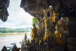 Efter morgenmad takker vi værten for opholdet, og kører til landbyen Pak Ou, hvor vi fortsætter med båd til de  hellige huler, hvor vi har en smuk udsigt til sammenløbet mellem Mekong floden og Ou floden.   Hulerne er hjem for hundredvis af buddha statuer, som er blevet efterladt af besøgende, for at opnå en god og ind-bringende fremtid.  Vi besøger grotterne inden vi tager tilbage til båden og sejler til Luang Prabang, hvor vi kan tage et velfortjent varmt bad, inden vi fortsætter til Pakbeng.  Vi ankommer til Pakbeng sent om aftenen.