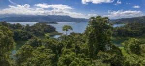 I dag kører du selv videre til rejsens næste stop: Monteverde. Turen tager ca. 3,5 time og fører dig gennem meget forskelligartede naturlandskaber: Fra den varme, sydlige del af de nordlige lavlande til de kolde, tågede bjerge i Monteverde. Du kører rundt om den smukke sø Lake Arenal, hvorefter du kører gennem byen Tilarán. Fra Tilarán kører du ad grusveje til Santa Elena, som er hovedbyen i området. Herfra fortsætter du turen til det lille, landlige samfund San Luis, hvor du skal tilbringe de næste dage.