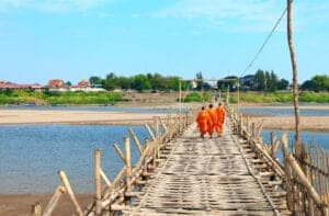 I dag skal du ud og køre i 4 timer for at komme Kampong Cham, som er en by, der er omgærdet af mystik og legender. I byen kan du bl.a. se det smukke tempel Wat Nokor, der blev opført i det 12. århundrede. Du kan også tage en tur ud til tvillingebjergene Phnom Pros og Phom Srey – som betyder mand- og kvindebjerg. Herfra har du en helt fantastisk udsigt til området. Du kan også få spået din fremtid af spåkoner – men pas på! Der er nysgerrige aber i området.