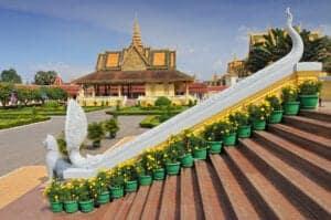 """I dag skal du rundt og se byen, der ligger hvor de to store floder, Mekong og Tonle Sap, flyder sammen. Du starter med at se det royale palads og nationalmuseet. Herfra går du over til toppen af Wat Phnom, hvor du kan få spået din fremtid, og videre til Tuol Sleng Genocide Museum (også kendt som S-21), der dokumentere monstrøsiteterne, der blev begået af """"the Khmer Rogue"""" i 1970'erne – her får du virkelig et blik ind i nogle af de største uhyrligheder, der er gået i Cambodias historie. Afslut dagen på en mere positiv note: Tag til Phnom Penhs """"Central Market"""" og shop i solen."""