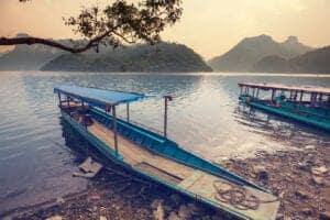 Allerede på denne første hele dag i Vietnam tager vi ud på en tur i ét af Vietnams smukke landområder – vi skal nemlig ud til Ba Be National Park. Reservatet ligger omkring 230 km nord for Hanoi, men dets fantastiske natur og unikke kalkstenslandskab gør det hele turen værd. Vi gør holdt og spiser frokost på en lokal restaurant på vejen. Når vi ankommer til naturreservatet, bliver du indkvarteret og får lidt tid til at slappe af og friske dig op, inden vi tager ud på en sejltur på Ba Be-floden. Her sejler vi bl.a. gennem en 300 meter lang grotte: Puong Cave. Grotten er næsten en hel oplevelse i sig selv, da den byder på både stalagmitter og et imponerende antal sovende flagermus, der hænger fra loftet. Fra grotten sejler vi videre til Dau Dang Waterfall, som består af mange små plateauer, hvorfra vandet falder i smukke kaskader.