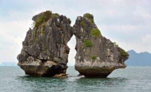 """I dag skal du tidligt op at dyrke Tai Chi sammen med skibets Tai Chi-mester, mens du nyder solopgaven over Bai Tu Long Bay. Herefter får du serveret morgenmad på skibets soldæk inden turen går videre til øen Ti Tov, hvor du har god tid til at gå på opdagelse på øen eller svømme ved stranden.  Herefter sejler vi videre gennem det berømte karstlandskab, hvor du finder Thumb Island, Fighting Cocks Isle og """"the incense burner"""", som kan ses på den vietnamesiske pengeseddel for 200.000 dong.  Herefter er det tid til at sige farvel til bådens mandskab i havnen ved Hanoi, hvorfra du har en køretur på ca. 4 timer tilbage til Hanoi, hvor du ankommer sen eftermiddag. Om aftenen skal du ud til lufthavnen, hvorfra du flyver til Hue."""
