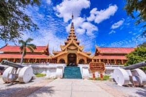 Nyd en afslappet morgen, spadser rundt i byen eller besøg det lokale marked, der altid summer af aktivitet, inden vi flyver videre til Mandalay.  Mandalay er den sidste royale by, vi skal besøge. Den ligger ved foden af Mandalay Hill, og byens midtpunkt er uden tvivl det rekonstruerede palads, der er omringet af en flot voldgrav. Mandalay fungerer som centrum for en række mindre, gamle byer, som har spillet en vigtig rolle i historien og i regionens landsby.