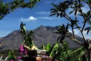 I dag starter vi vores program inden solen står op. Vi skal nemlig ud på et bjergtrek for at se en helt fantastisk solopgang. Vi starter i 1.200 meters højde, og vandrer så opad, til vi når toppen af Mount Batur, som ligger i 1.717 meters højde. Herfra har vi en spektakulær udsigt til solopgangen, som bader himlen i et smukt, rødt lys. Efter denne smukke oplevelse, vandrer vi videre rundt om den stadigt aktive vulkan Batur, som sidst var i udbrud i 2000. Vi ankommer til Baturs krater, hvor vi lærer lidt om områdets vulkanaktivitet igennem historien. Herefter går vi nedad mod et område, der er dækket af sort lava, der er helt tilbage fra vulkanens første udbrud i 1814. Vi spiser morgenmad på toppen af vulkanen. Efter turen  kører vi til Munduk. Resten af dagen er på egen hånd.