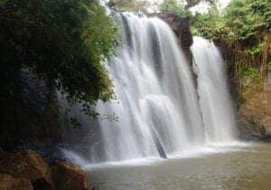 Ikke ret langt fra Ban Lung finder vi Katieng Waterfall. Vandet falder her fra 10 meters højde i kaskader ned i en sø, som er rigtigt lækker at bade i. I årets varmeste måneder er der mange af de lokale, som kommer for at få en svalende dukkert i smukke omgivelser. Efter vi har set vandfaldet, skal vi ud og ud og besøge lokale landsbyer, som er kendte for deres smukke håndværk.