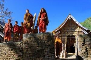 Kør tilbage til Heho og flyv til Kentung, som er en større by i den østlige del af staten Shan. Kentung er hjem for mange forskellige etniske grupper, hvorfor du her kan få et spændende kig ind i Burmas spraglede kultur og levevis. Tag en guidet tur rundt i byen og besøg Nyaung Tong Lake, hvor du kan møde Palaung-folket, som har tradition for, at kvinderne alle bærer nederdele vævet af rødt stof og sølv.
