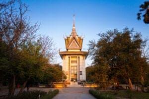 """I dag skal du rundt og se byen, der ligger hvor de to store floder, Mekong og Tonle Sap, flyder sammen. Vi starter med at se Paladset, som blev bygget af kong Norodom i 1866, og som den dag i dag er residens for den regerende monark. Paladskomplekset rummer både kongens privat residens, kroningshallen, den royale dansetrups udendørsteater og """"the Silver Pagoda"""", hvor gulvet er belagt med 5.000 sølvfliser, der hver vejer 1 kg. Det hele er åbent for offentligheden, når kongen ikke opholder sig der.  Herefter står den på et dyk ned i Cambodias historie, når vi besøger Tuol Sleng Genocide Museum, der dokumenterer monstrøsiteterne, der blev begået af Pol Pot og """"Khmer Rouge"""", som både gik efter politiske modstandere og helt almindelige cambodianere. Museet er en tidligere high school, som blev overtaget af Pol Pots sikkerhedsstyrker i 1975. Khmer Rouge omdannede skolen til Security Prison 21 (S-21), som inden for ganske kort tid blev landets torturcenter – hvilket tydeligt fremgår af den udstilling, vi skal se i dag. Vær derfor forberedt på voldsomme billeder. Det sidste punkt på dagens program er et besøg ved Choeung Ek – også kaldet """"the Killing Fields"""" – hvor mere end 17.000 mænd, kvinder og børn blev slået brutalt ihjel af Khmer Rouge og begravet i kæmpe massegrave. Den dag i dag står en stupa fyldt med kranier som en påmindelse om fortidens uhyrligheder."""