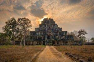 """Om morgenen nyder vi en lækker morgenmad og tager afsked med værtsfamilien, inden vi får en traditionel velsignelse af en munk og begiver os afsted til Koh Ker Temple. Dette gamle tempel ligger dybt ude i skovens ro, og blev opført helt tilbage omkring år 1000.   Efter vi har været på opdagelse ved Koh Ker, spiser vi en lækker picnic, inden vi tager videre til det smukke, hinduistiske """"Lotus Pond""""-tempel, Beng Mealea, som blev bygget af kong Suryavarman II i det 11. århundrede. Herefter kører vi tilbage til Siem Reap og vores næste eventyr.  Du skal have tak for at du valgte at tage på denne tur og dermed støtte de lokale. Og vi håber, du har nydt dit møde med lokalbefolkningen i ét af Cambodias smukke landområder."""