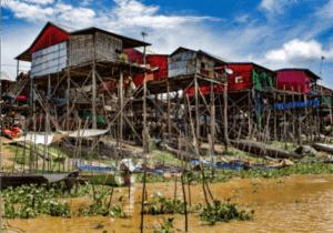 Efter morgenmaden cykler vi mod Kompong Kleng – en imponerende fiskerlandsby bygget på pæle.   Byen er hjem for mere end 6.000 lokale, som hovedsageligt lever af at fiske på Tonle Sap Lake.    Kompong Kleng ændrer sig meget i løbet af årstiderne: besøger du den over monsun-sæsonen, som starter i maj måned, vil vejene være fyldt med vand fra monsun-regnen. Det stopper imidlertid ikke trafik-ken, da vejene (som nu fungerer som kanaler), bliver trafikeret med både i stedet for køretøjer.  Besøger du den i marts/april, inden monsunregnen kommer, er der tørsæson, og her vil du kunne opleve en by bygget på pæle, der alle måler op til 10 meter i højden.   Dette gør Kompong Kleang til en fascinerende by, der – uanset hvornår  du besøger den – byder på en magisk oplevelse.