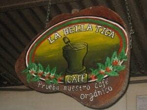 """Flere af de lokale tilbyder services, hvor de deler deres viden og traditioner med turister. I dag skal vi deltage i nogle aktiviteter, som giver dig et indblik i, hvordan de lever i San Luis.  Vi starter dagen med at besøge don Simón og hans """"trapiche"""", som er en traditionel sukkermølle, som hans familie har brugt til at forarbejde sukkerrør i mange generationer. Fra don Simons finca har vi en fantastisk udsigt til det omkringliggende landskab. Hans kone sælger håndlavede souvenirs, som du kan købe som et minde om turen.  Efter besøget hos don Simon spiser vi en traditionel frokost på den lokale """"soda"""" (frokostrestaurant) i San Luis. Restauranten er ejet af Asociation for the Development of San Luis, som er en organisation, som hjælper de lokale med deres turistprojekter. Alle råvarer, restauranten køber ind, kommer fra lokale landmænd.  Monteverde er også berømt for sin højlandskaffe, som er af meget høj kvalitet. Efter frokost tager vi derfor på en tur til den lokale, økologiske kaffeplantage, La Bella Tica. Ejerne af plantagen vil på turen fortælle dig om dyrkningen og forarbejdningen af kaffebønnerne. Du kan købe en pose kaffe med hjem, efter rundvisningen er slut."""