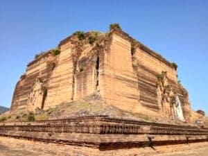 Efter morgenmaden tager vi afsted på eventyr til Mingun, inden vi rejser videre til Bagan. Ved en lille havn går vi ombord på en båd og sejler langs Irrawaddy-floden, indtil vi når den lille by Mingun, som er kendt for sin store, ufærdige stupa, der tårner op som en imponerende, firkantet klods midt i det flade landskab. Selvom stupaen aldrig er blevet færdig, er den en yndet destination – bl.a. fordi den har verdens største klokke (den vejer hele 90 tons). Hør historien om hvorfor den aldrig blev bygget færdig, før vi rejser tilbage til Mandalay, hvorfra vi flyver til Bagan.   I Bagan bliver du samlet op af en chauffør, som kører dig til dit hotel.
