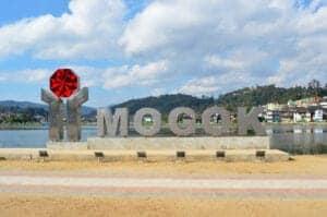 """Vi starter dagen med morgenmad på hotellet, før vi tager afsted på en 6-timers køretur til Mogok: """"the Valley of Rubies"""". Mogok blev først åbnet for offentligheden i 2013, men er allerede berømt i hele verden for sin historie og sine ædelstene, da den har nogle af verdens fineste rubiner. På vejen dertil stopper vi ved Phawtaw check-point, hvor vi skal have tilladelse til at besøge Mogok. Herefter tager vi en kort te- og snackpause ved Shwe Nyaung Pin.  Ved ankomst til Mogok tager vi op på Daw Nan Kyi Hill og nyder den smukke panoramaudsigt ud over byen, inden vi tager afsted til ædelstensmarkedet, hvor du får mulighed for at se de smukke og berømte """"dueblod""""-rubiner og """"royal blue""""-safirer mf.  Vi slutter dagen med en smuk solnedgangsudsigt ud over den idylliske dal, før vi checker ind på hotellet."""