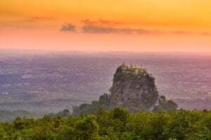"""I dag kører vi til Mt Popa, som er et tempel, der ligger på toppen af en udslukt vulkan. Bestig 777 trin for at nå til templet, som er dedikeret til de 37 gamle """"Nats"""" (ånder). Der er mange sagn om myter om Mt Popa, og på en klar dag kan du se langt ud på Bagans sletter.  Senere på dagen flyver du til Yangon."""