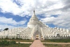 Efter morgenmaden skal vi ud på en 2-timers køretur mod byen, hvor kong Alaungpaya grundlagde Kongbaung-dynastiet: Shwebo. Efter ankomst skal vi rundt og se byens største attraktioner. Vi starter med at tage til Hsinbyume (også kaldet Myatheindan) Pagoda, som er modelleret efter det hellige, buddhistiske bjerg, Mount Meru. Denne pagoda er et virkeligt smukt syn – den er nemlig kridhvid og pyntet med 100.000 smaragder. Efter besøget her, dykker vi endnu dybere ned i byens royale historie med besøg ved de gamle pagodaer Zabu Simee og Tansar – hvoraf sidstnævnte er én af de ældste i byen. Om eftermiddagen rejser vi ud til landsbyen Kyaukmyaung, som er berømt for sin smukke keramik. Herfra fortsætter vi til den gamle by Hanlin (også kaldet Halin og Halingyi), som for længe siden var beboet af Burmas oprindelige folk, dengang området var i Pyu bystatsæraen. I dag er byen på UNESCO's verdensarvliste. Mens vi er her, udforsker vi byens rige historie på et lille museum, som har en imponerende samling af arkæologiske fund, hvoraf nogle er mere end 5.000 år gamle.  Efter denne ekskursion tager vi tilbage til Shwebo, hvor du checker ind på dit hotel og overnatter.