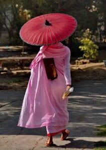 Denne fascinerende heldagsudflugt giver dig den unikke mulighed for at mødes med de fortryllende buddhistiske nonner fra Mandalay. Vi starter med en times kørsel fra byen over Irrawaddy-floden for at nå det rolige Sagaing Buddhist Nunnery. Ved ankomsten bliver vi mødt af abbedissen (forstanderinden i nonneklosteret) og hører om livet på dette betagende sted. Her bliver der mulighed for at tale med nonnerne. Nonnerne i klostret har alle barberet deres hoved, og er klædt i pink og orange kapper.  Nonnerne her er blandt de mest uddannede nonner i hele verden. Under besøget fortæller de lidt om det at læse buddhisme og tager glædeligt imod spørgsmål om deres liv og hverdag. Tag en tur gennem de farverige haver og oplev den store Buddha, før du deltager i en 30-minutters meditationssession guidet af nonnerne selv. Derefter kan du nyde frokosten nonnerne. Som sædvanligt i et buddhistiske samfund, doneres maden af lokalsamfundet og koges af nonnerne selv. Ta' skoene af og stil dem pænt på samme række som nonnernes. Træd ind i den store fælles spisesal og nyd måltidet. Denne fascinerende dag giver besøgende mulighed for at se en helt anden livsstil.